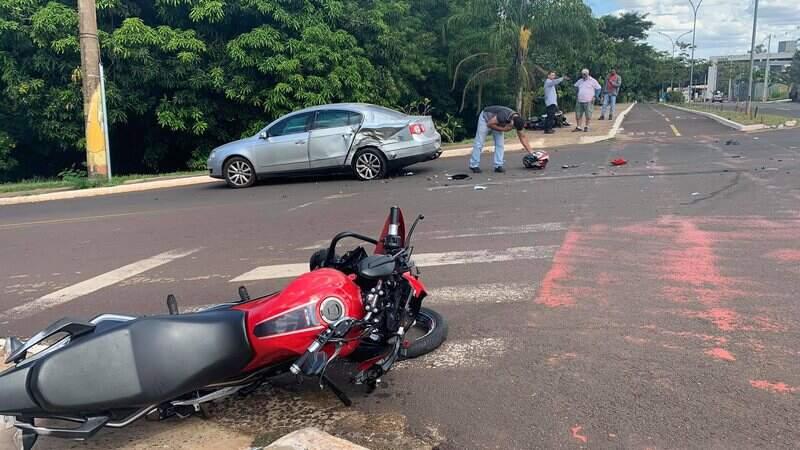 Motociclistas bateram na lateral do veículo.