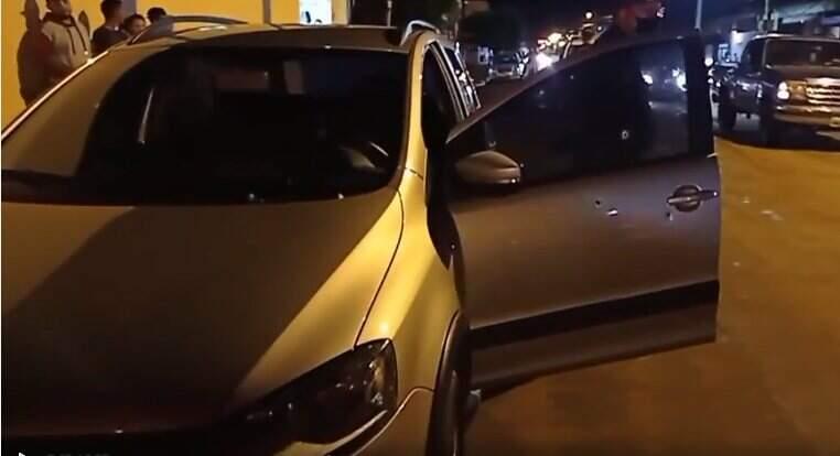 Carro da vítima com as marcas dos tiros (Sidro Mídia MS)