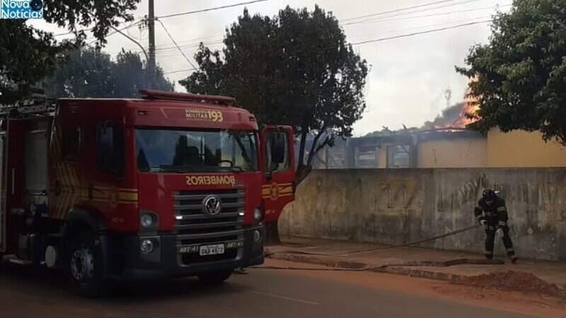 Corpo de Bombeiros no local e dia do incêndio (Nova Notícias)