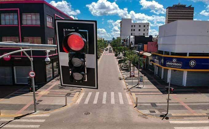 Maioria das cidades deve permitir somente atividades essenciais e não essenciais de baixo risco, conforme programa.