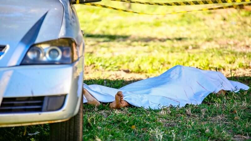 Corpo foi encontrado ao lado de um veículo trancado.