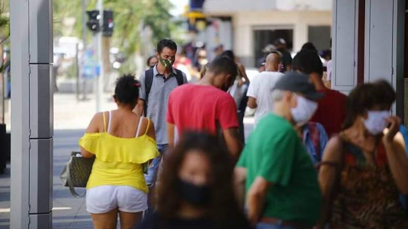 Movimento de pessoas com máscaras nas ruas de Campo Grande
