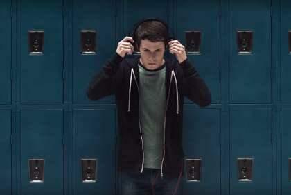 Os amigo da jovem, na série, tentam entender o que motivou o suicídio (reprodução/Netflix)