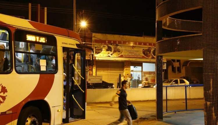 Passageiros reclamam de lotação e falta de ônibus em horário de pico em terminal