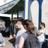 Eleitores aproveitam clima e 'madrugam' na porta de seções para votar
