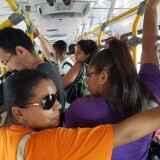 Lotados, ônibus não param e passageiros chegam a esperar três coletivos para conseguirem embarcar