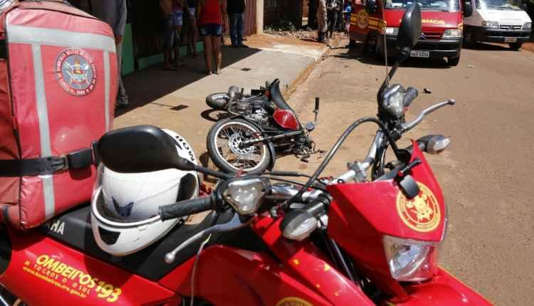 Motociclista é lançado em muro após bater em caminhão caçamba