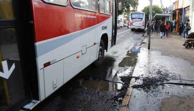 Buraqueira e poças d'água em frente a Peg Fácil revoltam passageiros no Centro