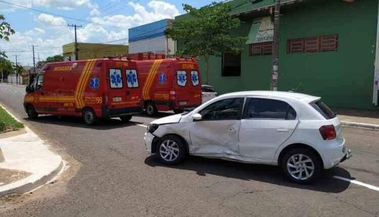 Motorista de aplicativo invade preferencial, colide em outro carro e 5 ficam feridos