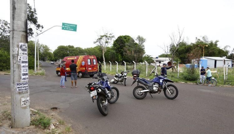 Motorista é atropelado por camionete em rua que sinalização foi feita por moradores