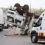 VÍDEO: caminhões batem de frente e guincho capota em rodovia