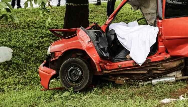 Casal morre após carro atingir árvore na avenida Gury Marques