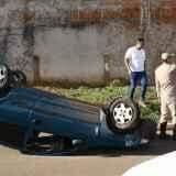 Cobrador capota na Guaicurus após ser atingido por carro de idoso