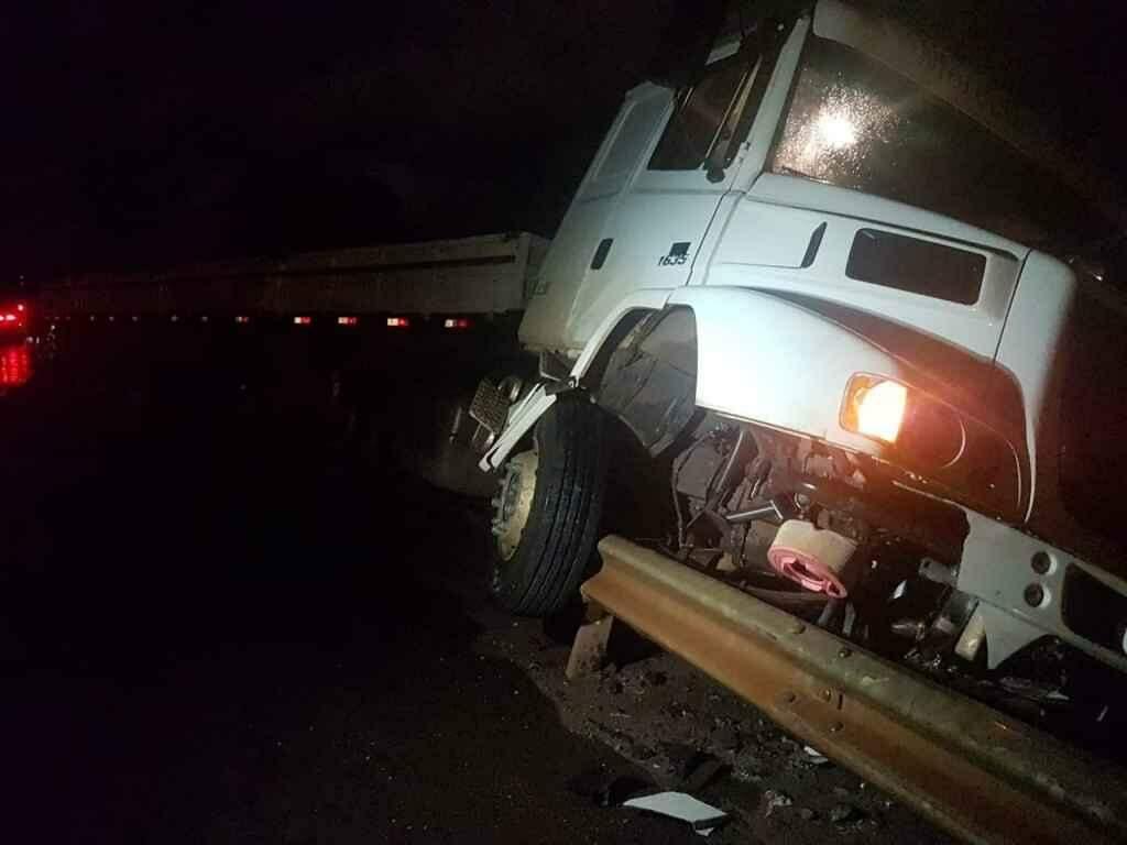 Motorista de carro morre após bater de frente com carreta na BR-163 em Campo Grande