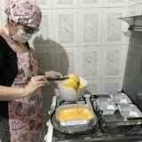 Por ficar sem clientes, Tathi resolveu fazer bolos para sustentar pai acamado