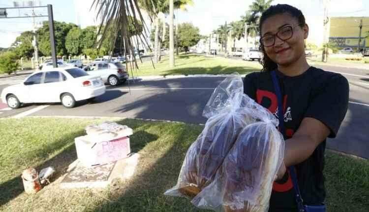 Ela vende pão no sinal para sustentar a família e precisa ajuda para pagar faculdade