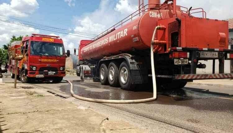 Incêndio de grandes proporções destrói completamente galpão de reciclagem no Tiradentes