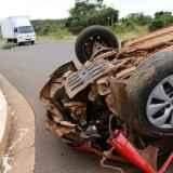 Motorista bate em placa de sinalização e capota carro ao desviar de animal na rua