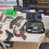 Com mini escavadeira, polícia desenterra quase 20 armas, munições e drogas em quintal