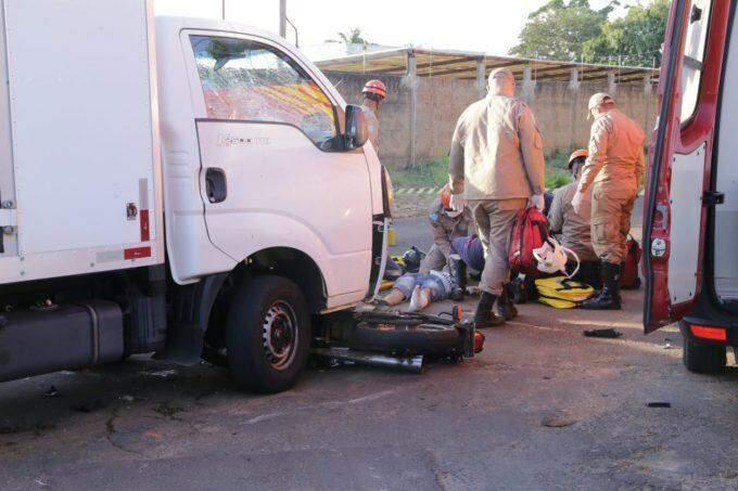 Motociclista é arremessado e precisa ser reanimado após colidir em caminhão