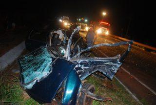 Motorista que colidiu carro em carreta na MS-395 morre no hospital