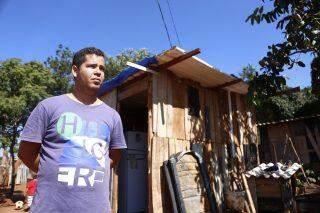 Sem ter para onde ir, famílias de área invadida no Noroeste 'esperam' a chegada da patrola