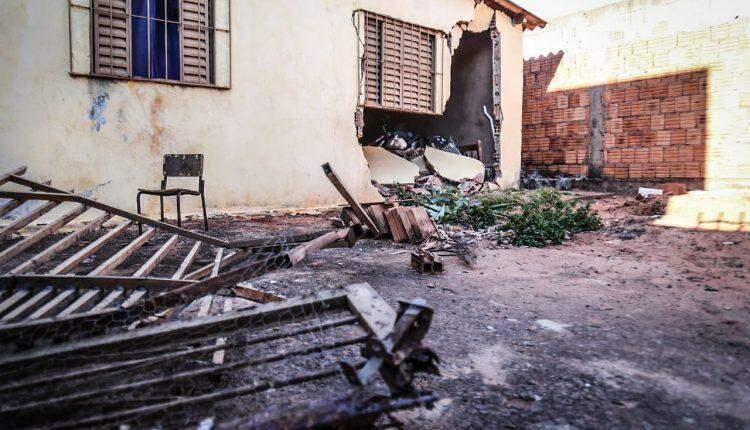 Motorista derruba muro, invade quarto de casa e abandona carro na rua