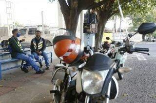 Pandemia acentua crise para mototaxistas, que buscam alternativas para manter sustento