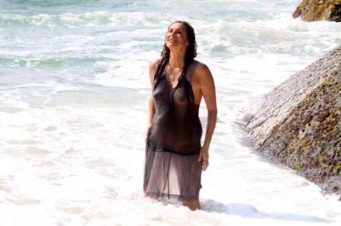 Giovanna Gold, a Zefa de 'Pantanal', usa look transparente em praia