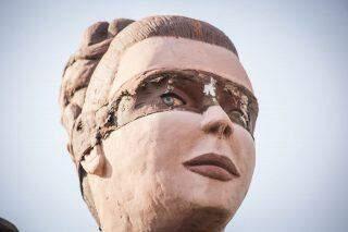 De olho: vandalismo revela 'segredo' de estátua e gera curiosidade no Fórum de Campo Grande