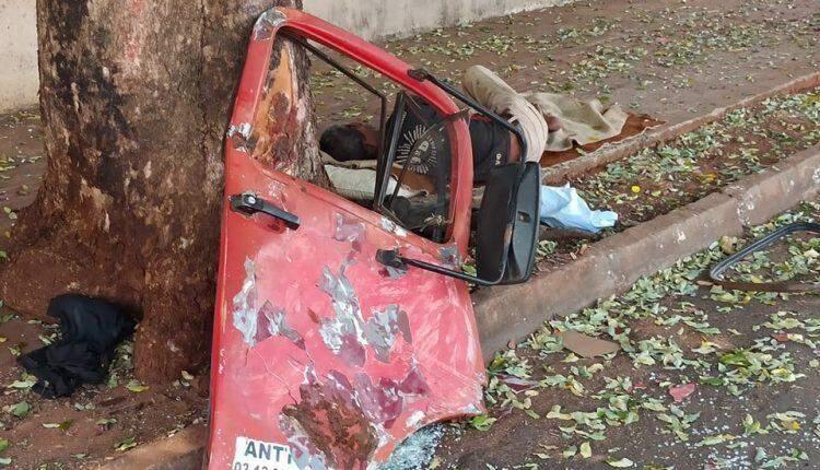 Motorista perde controle de camionete e bate contra poste que fica pendurado na Dom Aquino