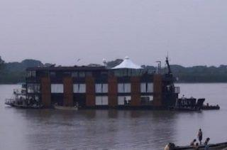 Barco-hotel que seguia viagem com cantor Eduardo Costa encalha no rio Paraguai