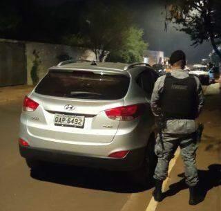 Bandidos levam carro de família com cachorro dentro e são apreendidos após perseguição