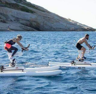 Princesa Charlene do Mônaco vence prova de bicicleta aquática