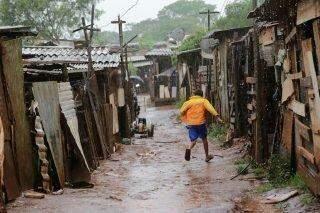 Na Favela do Mandela, chuva é sinônimo de pesadelo para quem já vive vulnerável