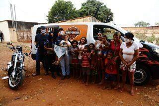 Após reportagem, avó e 8 netos recebem doações de motociclistas no Noroeste
