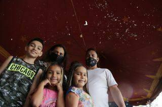 Sem picadeiro, família que vive do circo aposta nos doces para sobreviver em Campo Grande