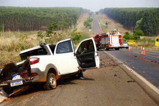 VÍDEO: dois morrem e três ficam feridos em colisão entre carro e caminhonete na BR-262