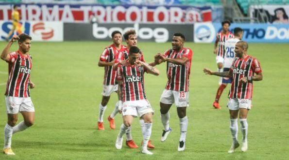 São Paulo acorda no 2º tempo, vence o Bahia e segue na cola do líder Atlético-MG