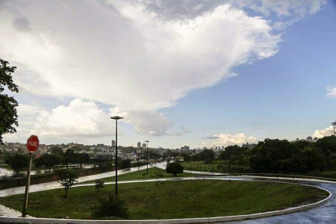 Chuva inesperada ameniza o calor e quase enche córrego de Campo Grande