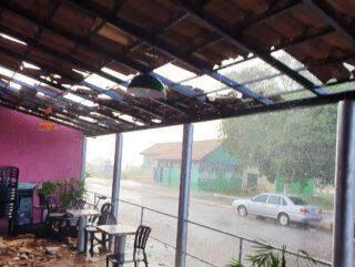 Chuva com ventos fortes causam destelhamentos e estragos a 70 km de Campo Grande