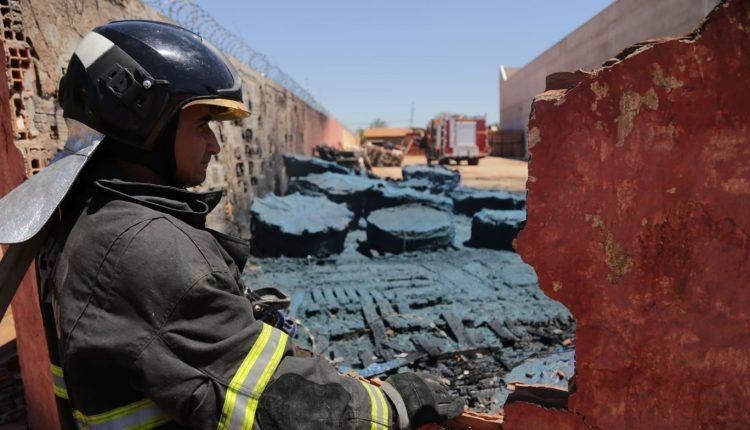 VÍDEO: Incêndio começou em caixas d'água de depósito e fumaça foi vista a quilômetros de distância