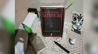 Bombeiros acharam livro de satanismo e pai com bebê no colo 'velando' garota morta com mata-leão