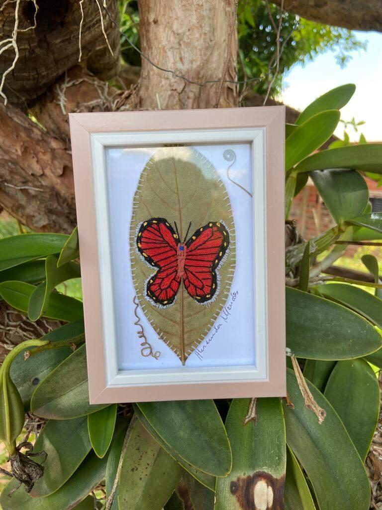 Artista plástica usa folhas secas bordadas para retratar a natureza sul-mato-grossense