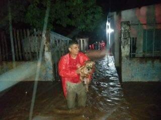 Tempestade deixa casas alagadas e Bombeiros resgatam moradores em Corumbá