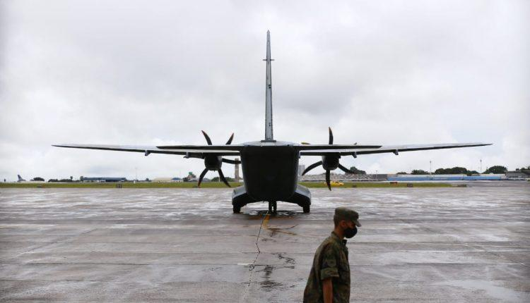Avião da FAB com 158.766 doses da CoronaVac pousa em Campo Grande