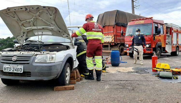 Motorista fica preso nas ferragens ao fazer conversão na BR-163 e ser atingido por caminhão