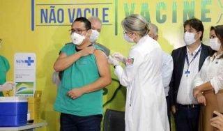 Ato simbólico com a imunização de 4 integrantes dos grupos prioritários iniciou imunização no Estado, que começa de fato nesta terça-feira.