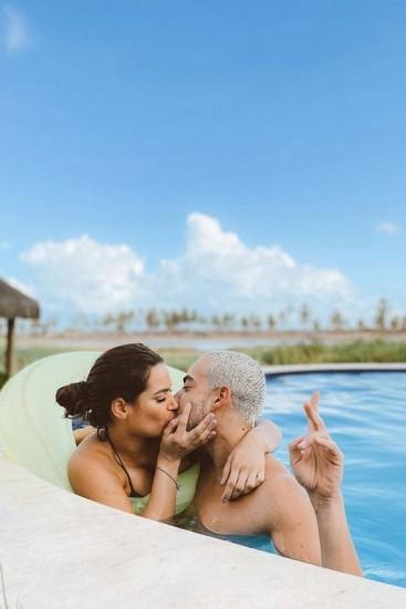 Raissa Barbosa e Lucas Selfie aparecem em clima romântico na piscina