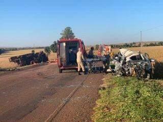 Carro fica totalmente destruído após colisão com caminhão em rodovia de MS
